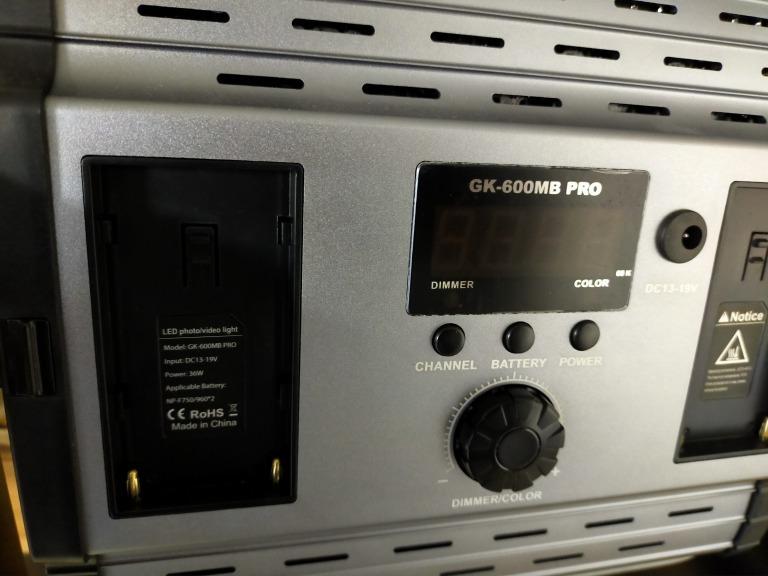 撮影ライトのアダプターをなくしてしまったのですが代替えで代わりのモノを使用することはできるでしょうか? 仕事用にLEDの撮影ライトを購入したのですが、引越した際にアダプターをなくしてしまいました。 アマゾンで購入した 『UTEBIT GK-600MB 36w』 という海外製のものです。 インターネットで探してみたのですがアダプターは売っておらず本体も販売終了?しているのか見つけられませんでした。 裏を見ると、 DC13-19V 36W NP-F750/960*2 と書いております このライトに他のアダプターを使用して使うことはできますでしょうか? どのようなものを使用すればよいででしょうか? 電気系統に関してまったく無知で困っております。 どうぞアドバイスよろしくお願いいたします。