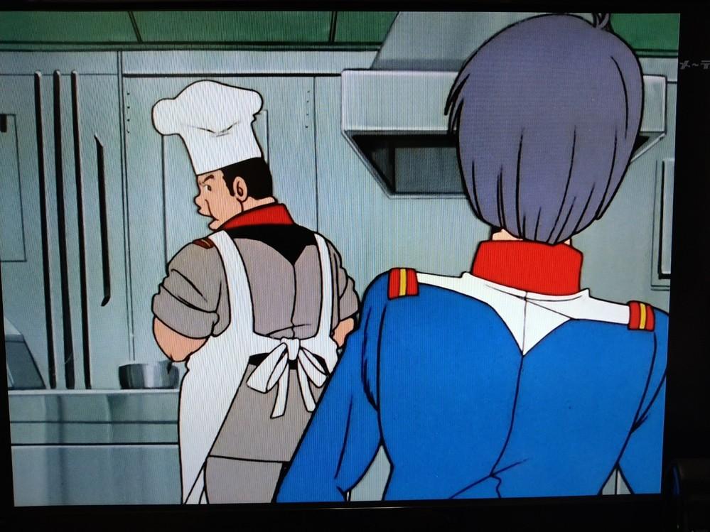 機動戦士ガンダム第9話で カイ・シデンが、料理長のタムラさんに 「アムロやリュウと俺たちの食事の量が違う」 クレームに対し、 「正規のパイロットと同じ扱いをする様にブライトさんから指示」 そのあとに、疎開民が横の幼児の食事を盗み食いを見たアムロが、「これ食べな。」に「ちゃんと食べないと。」に 「だったらこんな場所で食べさせるな」苛立つ 一連やり取りですが、単なる当時のロボットアニメとは一線を画すシーンに感じます これは、原作者以外の時代考証他に、エッセンスがあったのでしょうか?