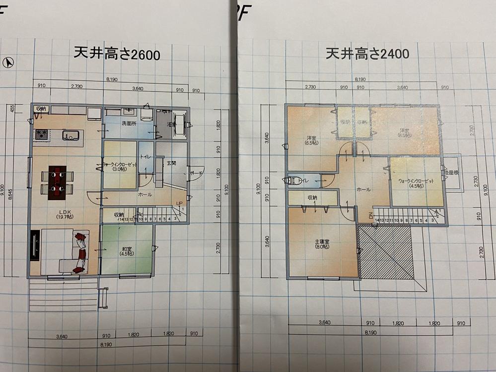 間取りについて 木造でマイホームを建築予定です。 希望の大きさとして延べ床面積37坪程度だったのですが、現在40坪弱です。 40坪でもいいのですが、大きくなったにも関わらず、気になる点が多々でてきています。 営業さんにもなかなか伝わらず、毎日家で考えていますが迷宮です。 皆さんの意見を頂きたく質問させてください。 ●好きな所 I型のリビング20畳 リビングから行けるWIC 洗面所3畳 シューズクローク1畳 8畳の寝室+収納 ●気になっている点 リビングのWICが横向きであること (縦長ほ方が収納力がある?) 玄関が狭い? 1マスの廊下は狭い?しかも長い‥‥ (WICを削って1.5マスにする案もあります) 和室への通路のためにソファを前に出す必要があるので、テレビとの距離が近い? (LDKの横幅を4マス→4.5マスにする案もあります) 2階のホールが広すぎる しっくり来る間取りがなかなか見つかりません。 廊下やホールなどはできるだけ無くして、小さくしたいのですが‥‥ なんでもいいのでアドバイスをお願いします!