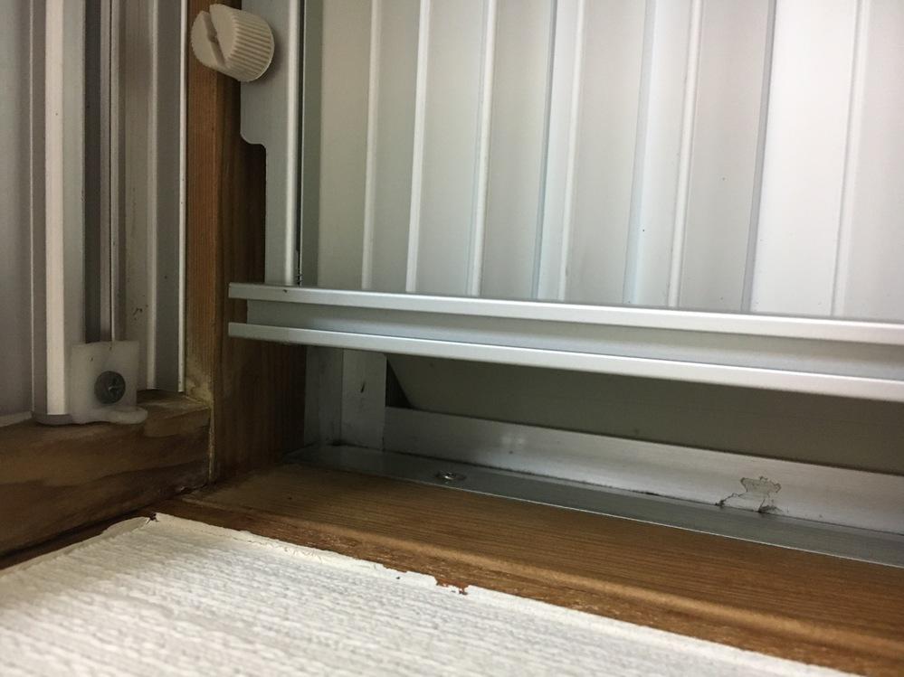 窓用エアコンの隙間対策についてです。 窓の左側に取り付けたいのですが、左上のサッシにストッパーがあり画像のような隙間が空いてしまいます。付属品のゴムパッキンだけでは隙間対策として不十分です。賃貸なのでストッパーを外すことなく隙間を何かで塞ぎたいと考えています。何か良いアイデアはないてしょうか?よろしくお願いします。
