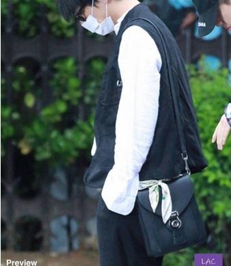 BTSのテテが着用してるこちらのバッグのブランドがわかる方いますか? よろしくお願いします。