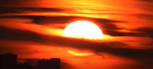 太陽て宇宙空間の遥か遠くにあるんじゃなかったっけ? 雲の手前にあるぞ。 望遠鏡もオカルト、陰謀論に加担してるのか??