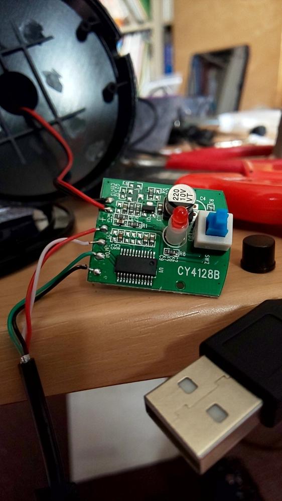 この基盤の代用品はありますか? USBマイクを分解したところ、画像の基盤が入っていました。 基盤にはCY4128Bと書いてありますが、調べても出てきません。 同じような代用できる基盤はありますか? スイッチ付きUSBマイクです。 当方 基盤の知識はありませんが、USBマイクを自作するために、 既製品のマイクを分解して真似しようと思っていました。 恐縮ですが、よろしくお願いします。