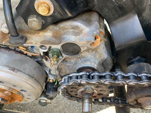 ホンダのJAZZです。 エンジンからオイルが漏れているんですが、これどこから漏れているか写真で分かりませんか? シミになってる部分が漏れてるオイルです。