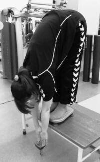 体前屈測定について . 体力測定でよく見ますが、身体の柔らかさ以前に、 足が長い人は不利で、短い人は有利、 腕が長い人は有利で、短い人は不利ですよね。