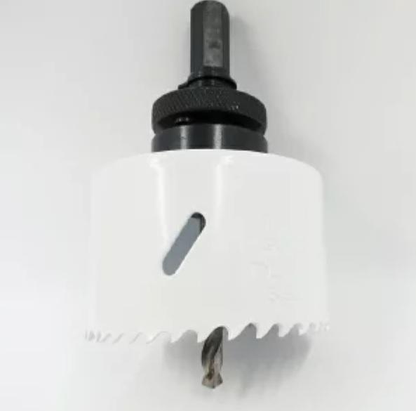 エアコンの穴あけ エアコン取付業者の動画を見ると、モルタル壁の場合、 振動ドリル+コンクリート用のホールソーで高速でガリガリやってましたが、 ある素人動画で、画像のようなHSSバイメタルのやつを普通のドリルでゆっくり回して、和室(内壁:砂壁+外壁:モルタル)にいとも簡単に開けちゃってる動画がありました どっちが正解なんでしょう?