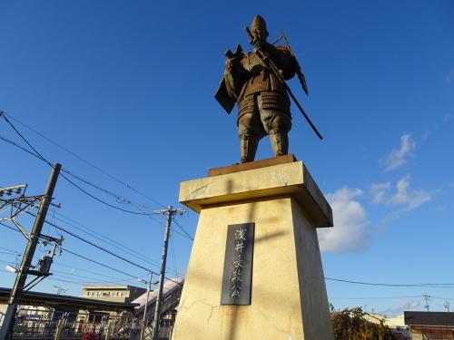 なんで 小牧市と春日井市の境の「牛山·間内」には 『浅井長政』の銅像がありますか? 同じ尾張の一宮市には「浅井」という地名も在りますが関係ありますか?