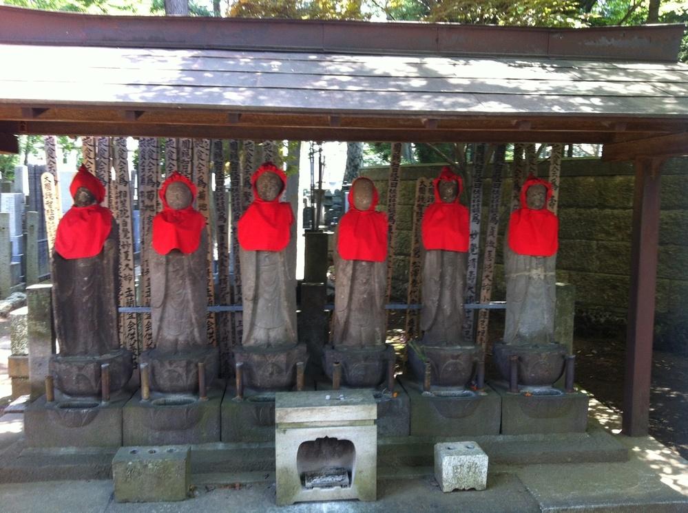 私は神奈川県の三浦市に住んでいるのですが、このお地蔵さんは神奈川県の三浦市の黒崎という地名の近くで前に見つけました。 ですが、今は黒崎という地名のどこにこのお地蔵さんがいるか、わからなくなってしまいました。 どなたかこのお地蔵さんを知ってらっしゃる方はいませんでしょうか? 知っていたら、このお地蔵さんがいる住所または、目印になるものを教えていただけないでしょうか? 1番はやっぱりこのお地蔵さんがいる住所を、教えていただけると有難いです。 どなた様か、どうかお力をお貸しいただけないでしょうか? 何卒宜しくお願い致します。