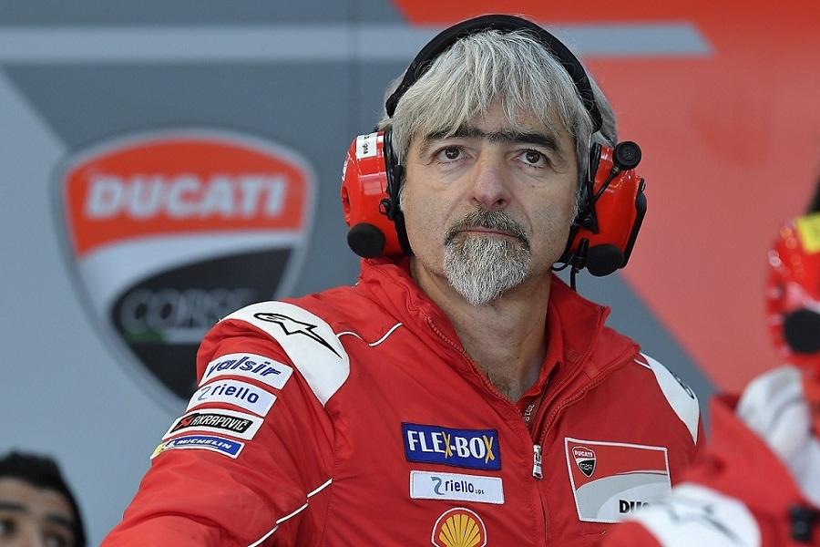 なぜmotogpのドゥカティの監督て更迭されないのですか。 ・・・・・・・・・・・・・・・・・・ よく分からないのですが。 F1のフェラーリの監督てすぐに更迭されますが。 よく分からないのですが。 ジジ・ダッリーニャてトゥカティの監督になって8年ですが。 確かに毎年タイトル争いはしていますが。 ですが毎年2位でタイトルを獲っていませんが。 よく分からないのですが。 フェラーリだったら確実に更迭だと思うのですが。 と質問したら。 フェラーリとドゥカティは別の会社。 という回答がありそうですが。 成績が悪いと監督がクビになるのがイタリアの風潮なのでは。 それはそれとして。 ホンダやスズキだったらタイトル獲得しても監督が辞任していますが。 なぜドゥカティて万年2位でタイトル獲得していないのに監督は更迭されないのですか。 フェラーリだったら間違いなく更迭だと思いますけど。