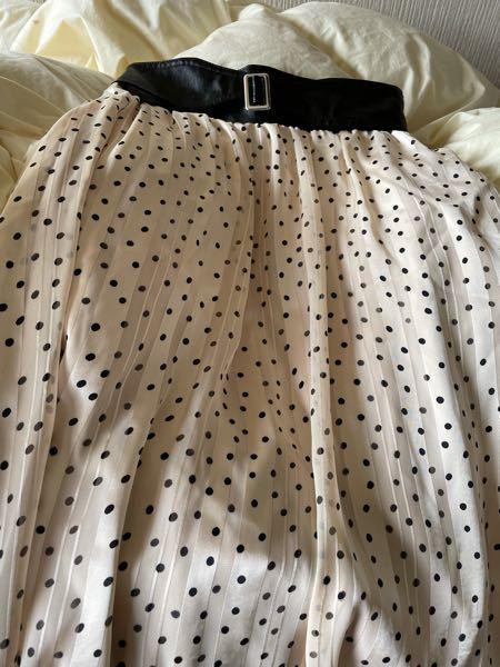 このような黒いベルトの着いたドットのロングスカートはダサいですか?