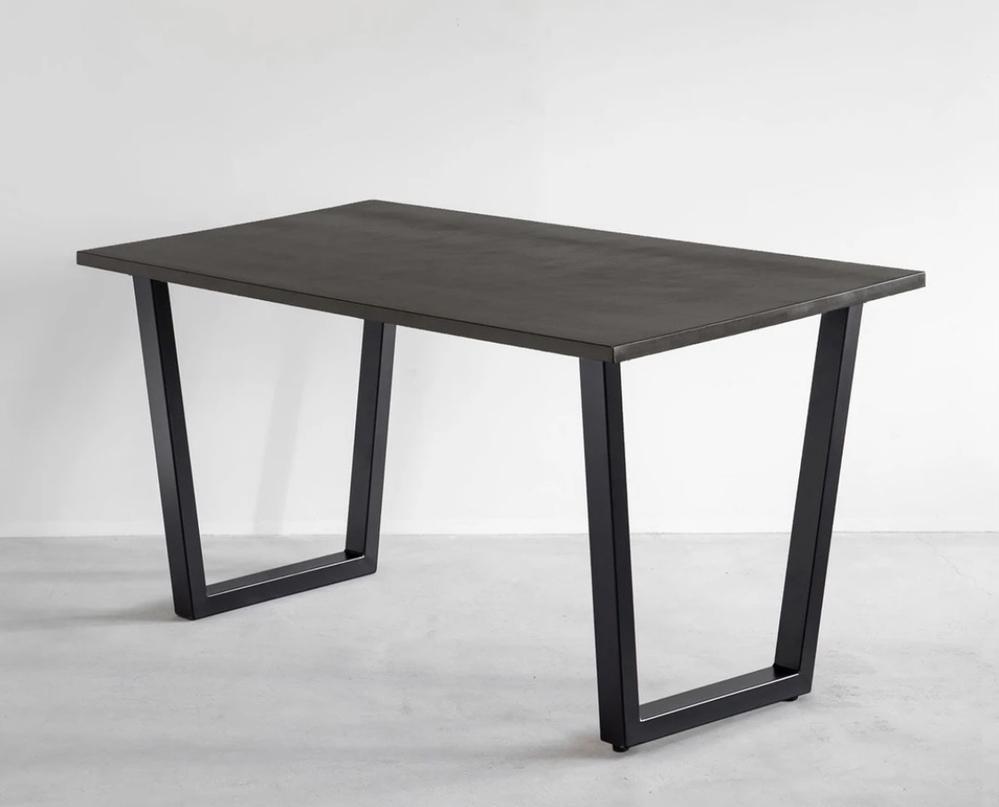 このテーブル欲しいなぁと思ったら予算オーバーで断念するか悩んでいます。 天板とこういう形の足を別で買い、自分でくっ付けて使おうかなとも考えましたが、できますかね(><) もしくは黒でこの形のテー...