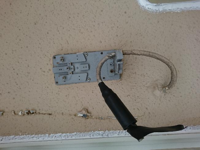 引っ越してきた戸建ての家の外壁に、こんな配線が残ってました。 右となりには電気メーターがあります。 電気メーターは今は無線?でメーター測定しているので電気メーターからは配線などないのですが、 これは昔のタイプの電気メーターとくっついてた配線になるのでしょうか? 不要ならとりたいのですが、 配線が壁のなかに埋まっているようにも見えてまして、 どうしたらいいものなのか、 お知恵をお貸しください。よろしくお願いいたします