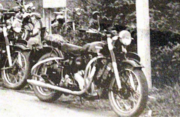 私の祖父が若い頃バイクに乗っていました。 この写真しか残っていないのですが、バイクのメーカー車種が、分かる方いらっしゃいますでしょうか? 宜しくお願いします。