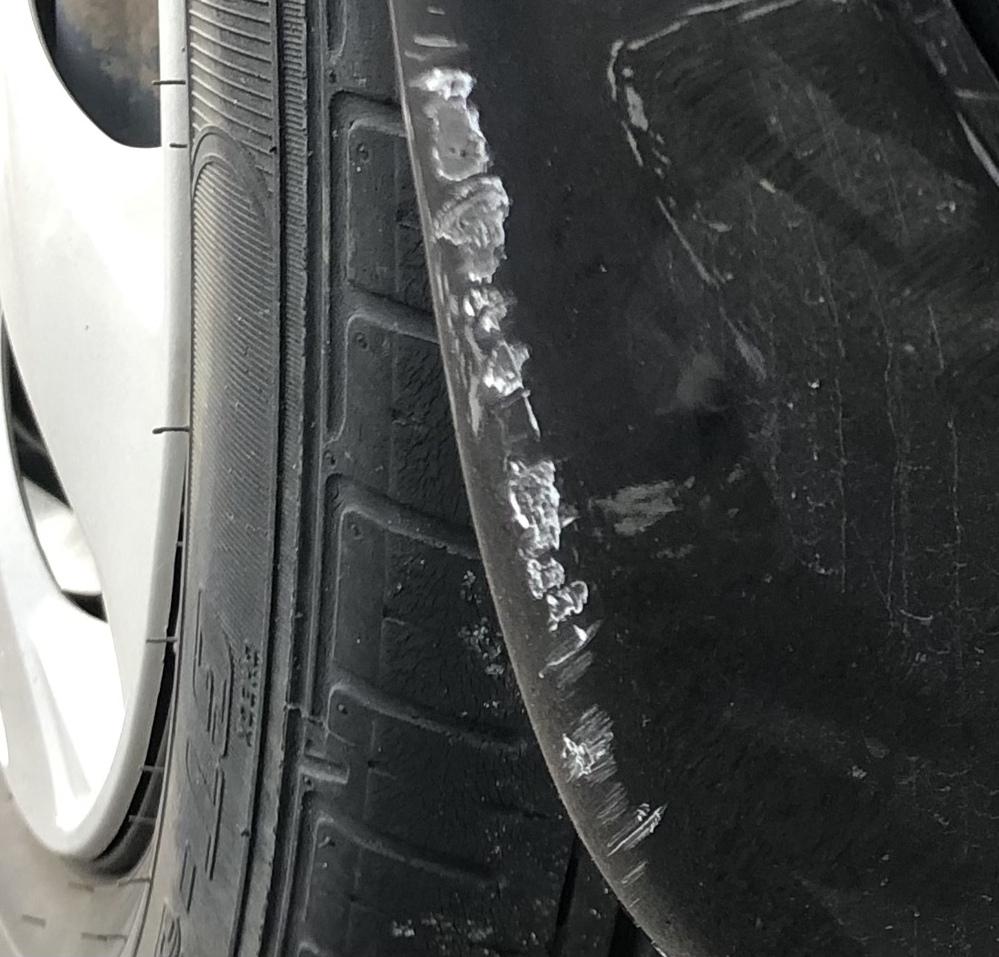 自動車整備士さんに質問です。このキズは何によって付いたかわかる人はいらっしゃいますか? 石系のものや車同士などですか?