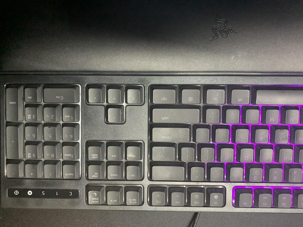 つい最近ヤフオクで購入したrazer ornata chromaについての質問なんですけど。 キーボード自体は光るんですがキーボードの右側だけ何故か光らないんですけど何故かわかる人いませんか?写...