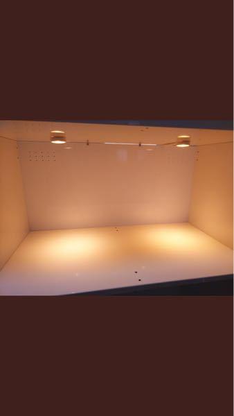 写メのように本棚をハムスターのケージにしたいのですが、写メのようにスライド扉をアクリル板2枚とレールを上下つけてで作成します。 ですがこれだとハムスターだと扉をスライドして動かしてしまうので、な...