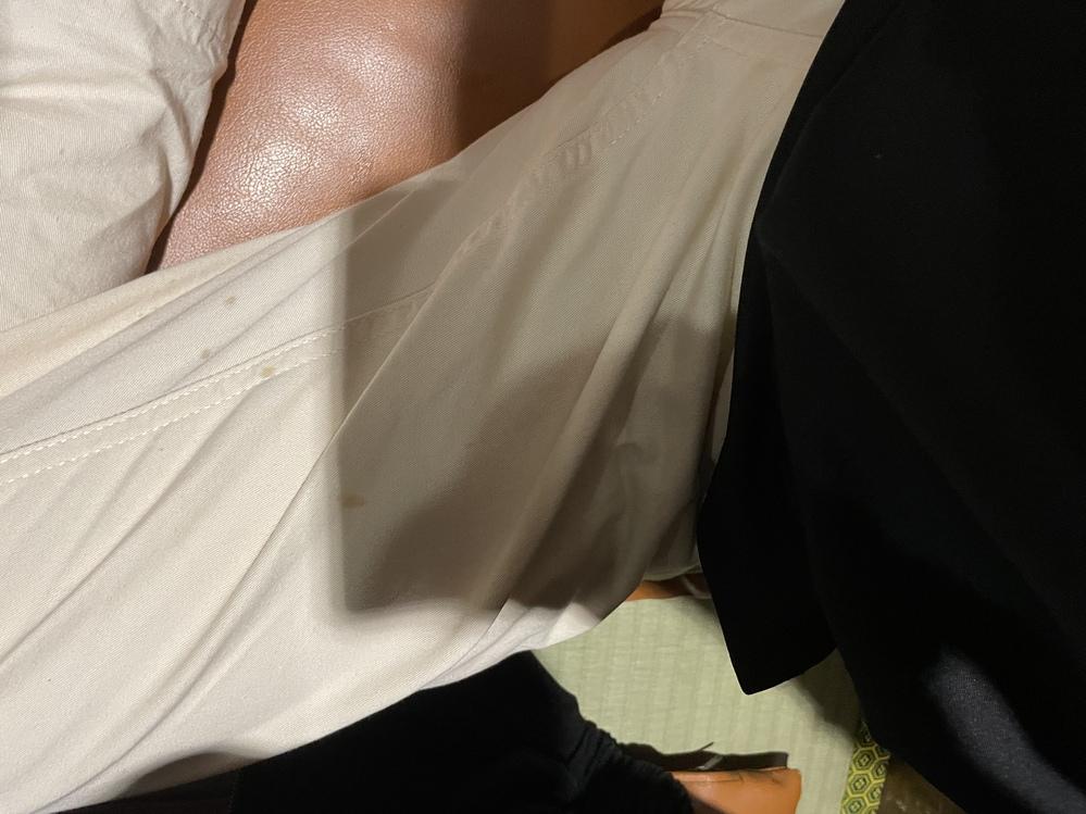 至急!!このズボンについた油汚れの落とし方 助けてください!!この油汚れの落とし方を教えて欲しいです!!明日出かける予定があるのにこれでは少し気が引けます、、、。 どなたか教えていただけないでしょうか