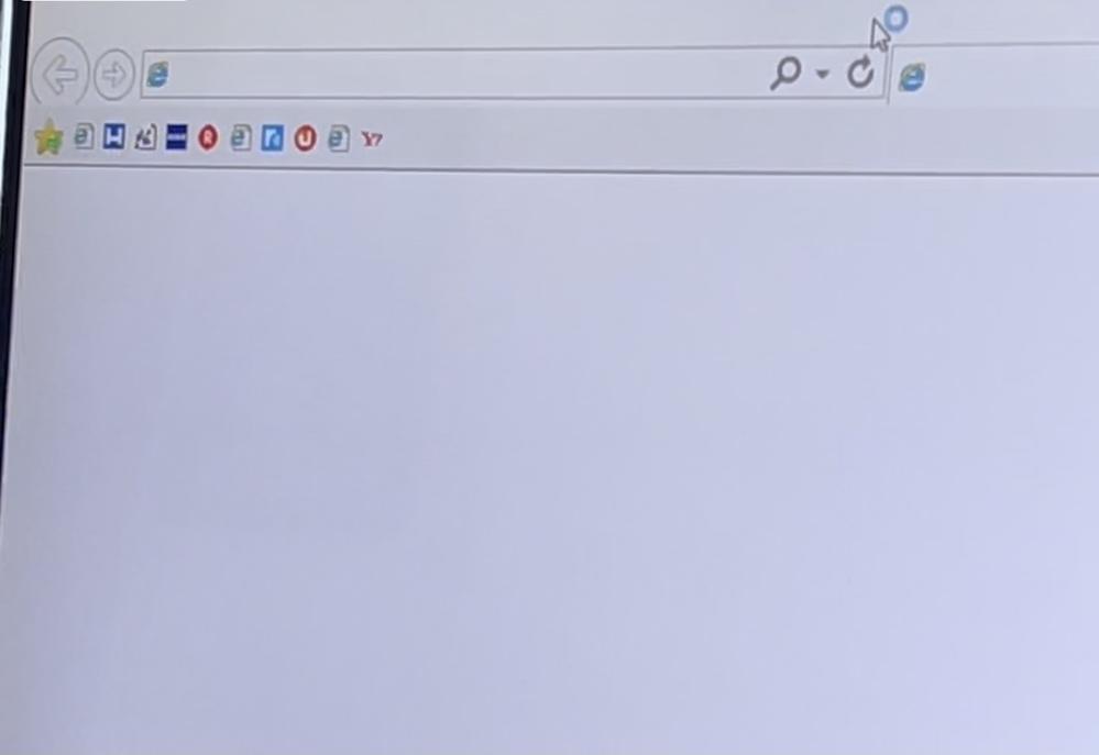 おじいちゃんが画像の画面左上にあるバーを表示したいらしいです。 今まで、デスクトップからInternetExplorerをダブルクリックしてYahooJAPANを開けばサイトの左上に画像にあるようなアイコンが出ていたそうです。 しかし、今はダブルクリックすると、一瞬だけ真っ白い画面と共に画像のバーが出て、すぐに消えてYahooJAPANのホーム画面になるそうです。その画面には画像のバーは表示されていません。 パソコンも古い(5年前に購入)ですし、Yahoo側のアップデートかもしれないので諦めろと言っているんですが、何が原因か、また、表示される方法があれば教えて欲しいです。 Windows10です。