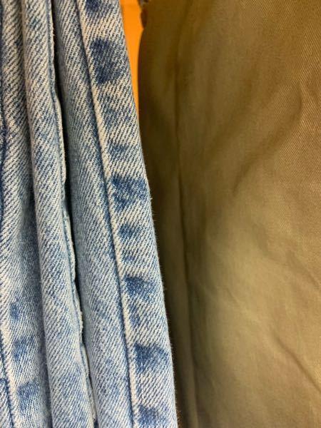 デニムは長く履いてると裾や横の縫い合わせにこういった模様が出てきますがこれってなんでおこるんですか? 生地が伸びて凹凸ができ、色の違いが生まれるんですか?