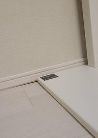 テレビ台を置いたら床が沈んでいる?ように見えます。これっておかしいですか? 築3年のマンションです。 テレビを購入し、テレビスタンドを置いて翌日に気づいたのですが床が沈んでいるように見えます。 これってどうなんでしょうか… 不安なのですが直してもらえるものなのでしょうか。