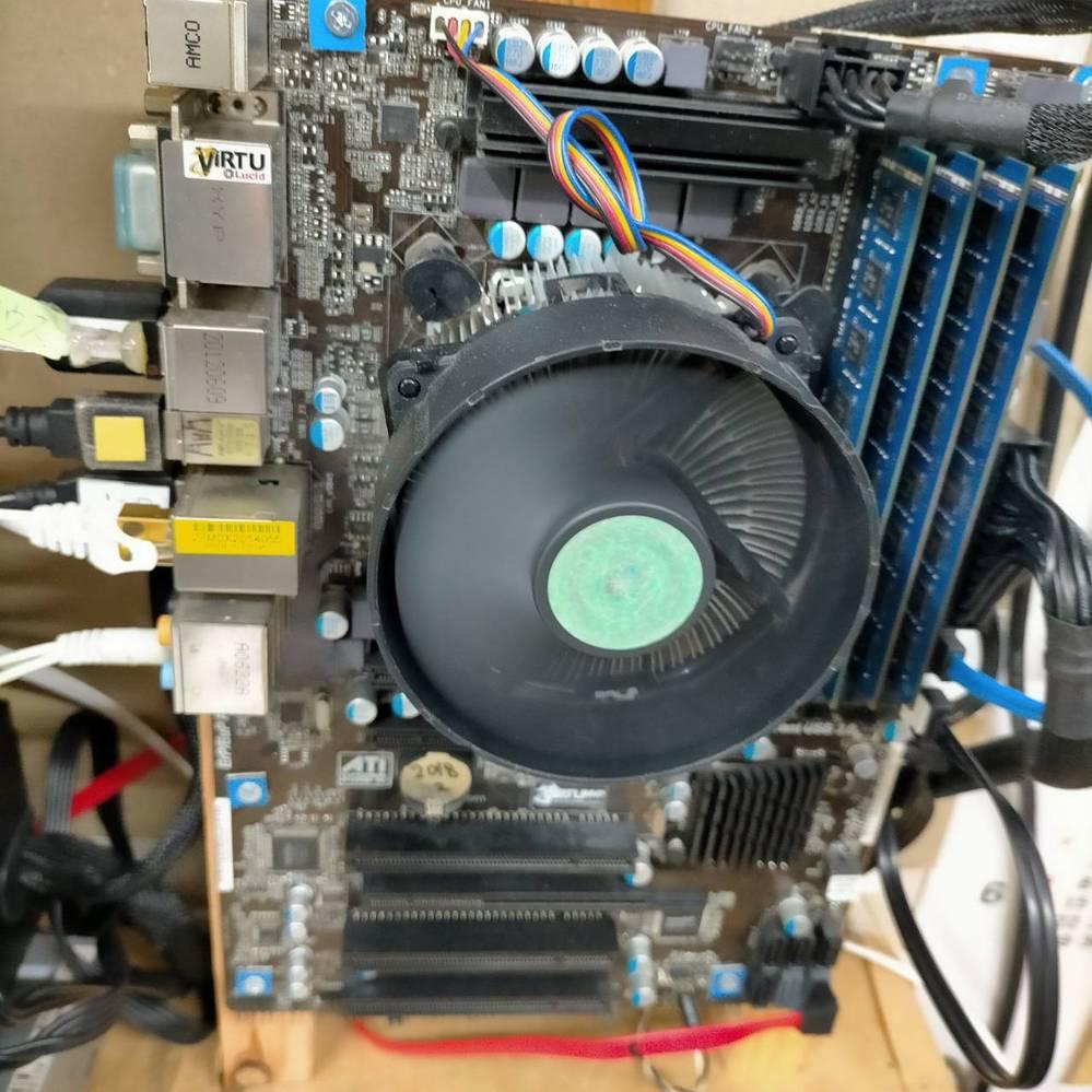 Amazonギフトが10万円ほどあるので自作PCをしようとしている。 …………………………………………………… 3世代 i7のPCを組み立てたのは7年前か。 AMDは初めての経験。 単にAMD Ryzen 7 PRO 4750G を組んでみたいだけかも。 まったくの初心者の私に教えてください。 ●質問1 マザーボードは5000シリーズもあるけど ASRock AMD Ryzen 3000シリーズでいいのしょうか? ●質問2 メインメモリはCMK32GX4M2A2666C16でいいのでしょうか? 自作経験あるのに、知識があまりないのです。 お願いします。 教えてください。 自分なりに調べて部品を選んだのですが、まちがってないでしょうか? <(_ _)> …………………………………………………… 購入予定品リスト 【1】 AMD Ryzen 7 PRO 4750G (バルク版 AMDロゴシールなし ブリスターパックに封緘なし) 3.6GHz 8コア / 16スレッド 65W 100-000000145 一年保証 [並行輸入 【2】 Vetroo 簡易水冷CPUクーラー 240mm デュアル120mmファン ARGB対応 Intel/AMD両対応 一体型 水冷熱交換器付き オールインワン PWMファン自動制御 液体冷却 コントローラ付き 【3】 CORSAIR DDR4 デスクトップPC用 メモリモジュール VENGEANCE LPX Series ブラック 16GB×2枚キット CMK32GX4M2A2666C16 【4】 ASRock AMD Ryzen 3000シリーズ(Soket AM4)対応 B550チップセット搭載 ATX マザーボード 【国内正規代理店品】B550 Steel Legend 【5】 玄人志向 STANDARDシリーズ 80 PLUS 600W ATX電源 KRPW-L5-600W/80+ 【1】~【5】以外は所有しているPCi7から流用。 画像のようにスタンド型にするのでケースは不要