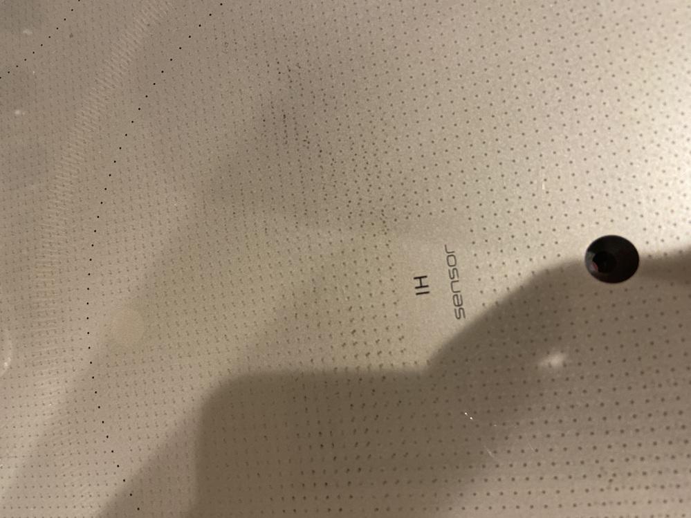 IHクッキングヒーター汚れについての質問ですm(_ _)m 先ほど鍋を空焚きしてしまい、クッキングヒーターのガラスのポツポツの中が黒くなって取れません。。 表面は焦げてないのですが、小さいクロのポツポツがどうしても気になりまして、、、。 取り方、お勧めの洗剤など有れば教えて頂きたいです。 よろしくお願いします!