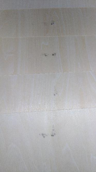 ホムセンで木材をカットしてもらったのですが、黒い油汚れが付着していました。 わたしはDIY初心者なのですが、こういった汚れはカット時についてしまっても仕方ない程度のものなのでしょうか。 白い板なので結構気になります。
