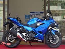バイク乗りになります。 これからグローブやヘルメットジャケットなどの装備を揃えていこうと思っています。このバイクにはどんな装備、色が合いそうですか?教えてください。