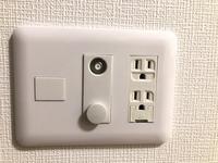 光回線が使えると言われ、契約したのですが、どうやらそれらしいコンセントがありません。 光コンセントは勿論、LANポートすらありません。 1番近しいコンセントが写真のような物です。この丸い穴が2つ、カバーがついてますが下にもあり、左横のは取れないカバーみたいなのが付いております。  これは開通工事が必要なのでしょうか。 一応関連会社にも聞いたのですがあやふやな答えしか返ってこず…このよ...