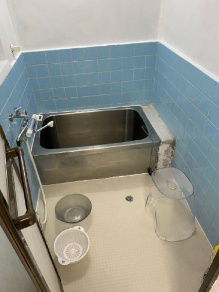 自分で浴室のリフォームをやっており、1週間ぐらい掛けて写真のように壁の塗装や床のシートを貼ったり、穴が空いたところを埋めたりしました。 最後に浴槽のサイドに下からぐるりとある部分、ここがセメント剥き出しのままなのでなんとかしたいと思うのですが良いアイデアはありますか? 出来れば1万円以下でなんとかしたいです。