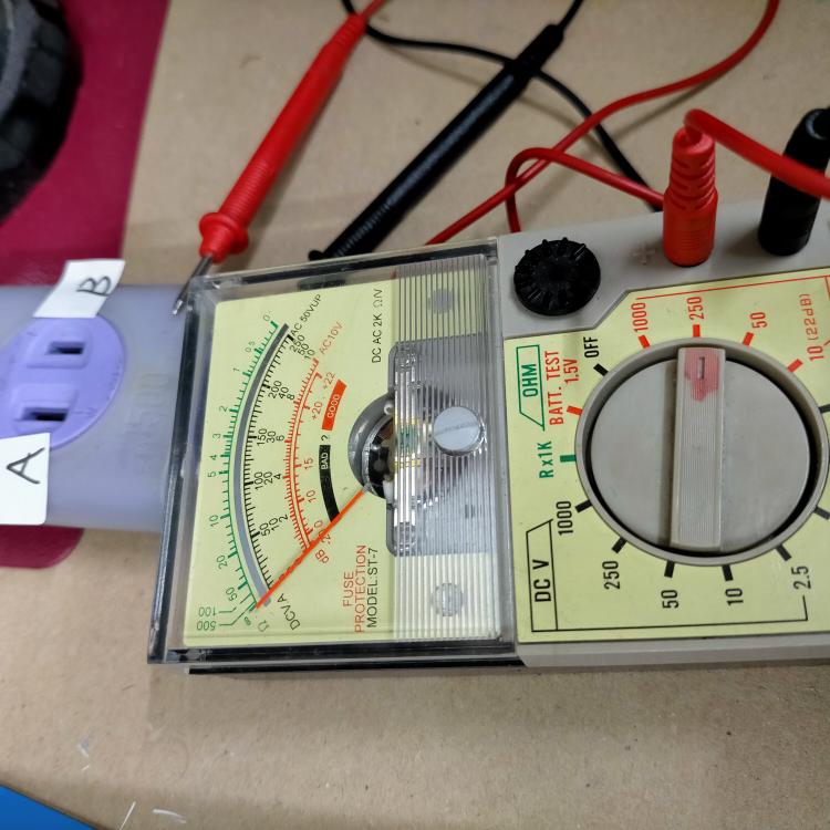 電圧をテスターで測りたい。 ACVを250に合わせました。 コンセントの穴のAが少し大きいです。 Aにプラスである赤でいいですか? 初めてのテスターです。 コンセントに挿すのが恐い。