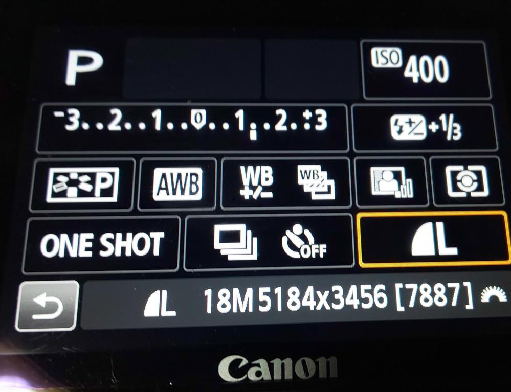 Canon Kiss X7を使っています。Pモードにすると普段添付画面の設定画面(常時)になるはずが、真っ暗になってしまいます。 Q SET ボタンを何度か押すと添付画面のように戻るのですが、以前まで常時このPモードの設定画面になっていたはずで気になってしまいます。故障&不調でしょうか? また今確認できないのでお聞きしたいのですが、お使いの方でこの画面は常時出ていましたか? 後、気づいたことは電源ON→Pモード(画面真っ暗)ですぐに写真が取れません。