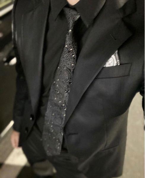 友人の結婚式に着ていくスーツを探していた所この写真を見つけ一眼ほどしたのですが写真だけしか見つからずどこのものか分かる方教えてください。