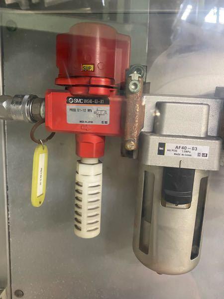 減圧弁とエアフィルターについて質問です。 この赤い減圧弁の下に付いている白いものはサイレンサーでしょうか? af40-03のエアフィルターですが、分解して、中のフィルターを交換したり、メンテナンスすることはできますか? よろしくお願いします