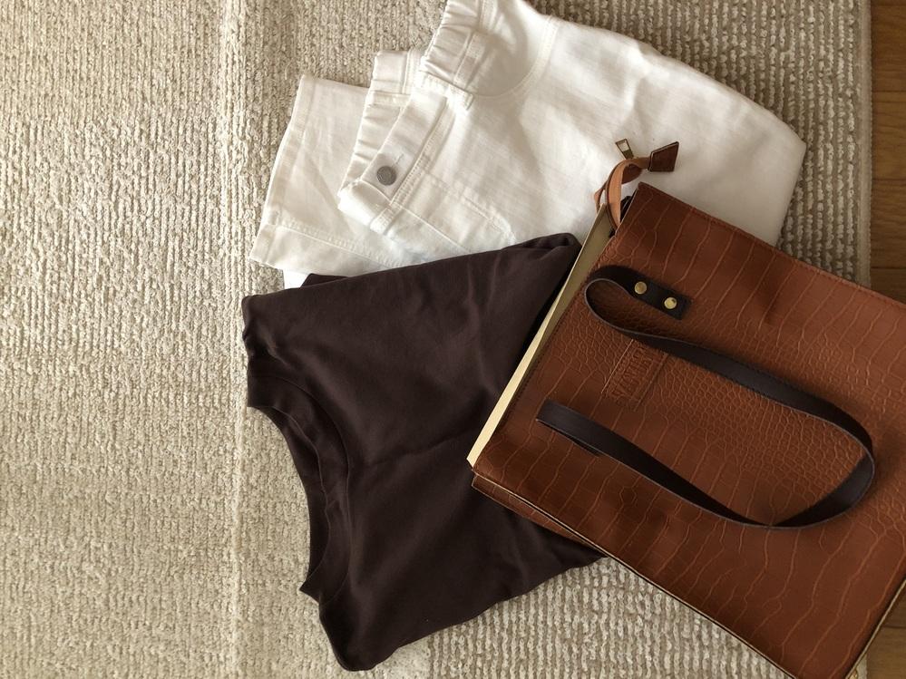 バイトの面接に茶色のTシャツ、白のズボン、茶色カバンは失礼でしょうか? 初めてのバイトで、黒いズボンも持ってないです。 バイトはスーパーの早朝作業です。
