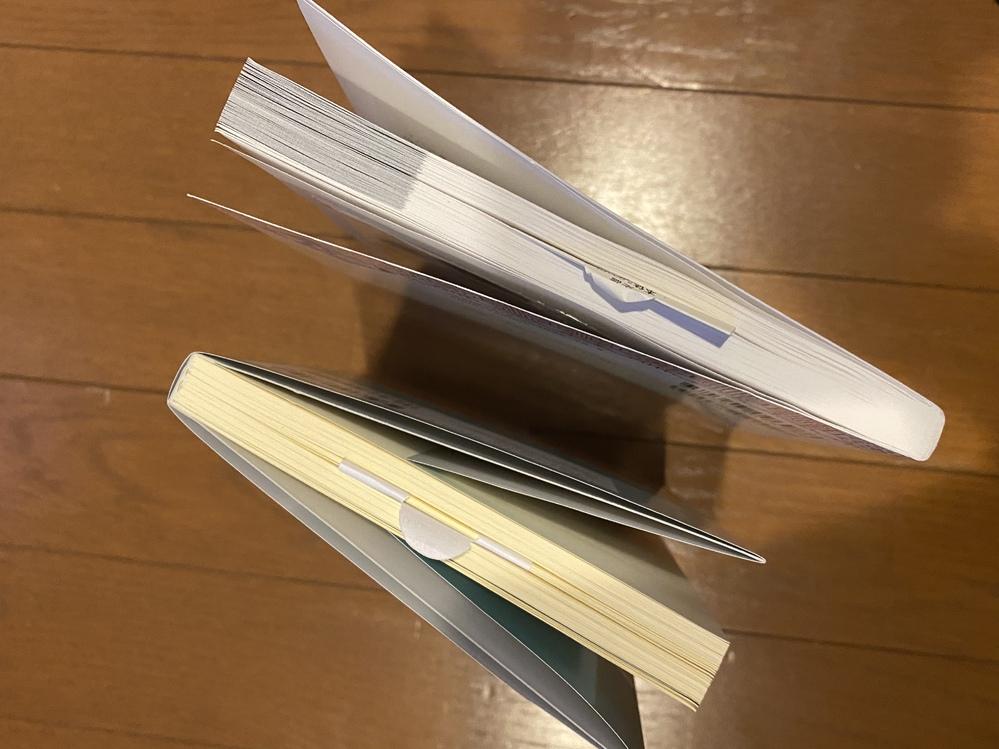 amazon販売の新品の本を購入したのですが、新品なのに日焼け?黄ばみが酷い気がします… これは返品、交換が可能でしょうか?? 画像は下が新品なのに黄ばんでる本、上が新品で黄ばんでない本です どっちも同時に購入したので下の本の酷さが目立ちます(;_;) 回答宜しくお願い致します