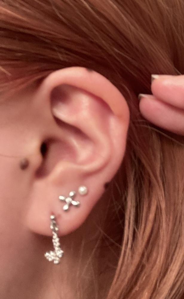 ピアス インダストリアルについて 来週インダスを開けようかと考えているのですが、耳の形によって向き不向きがあると聞きました。この耳はインダスには向いてないでしょうか? また私は耳がすごく柔らかくマスクをしているだけで折れてくるのですが、それはピアスに関係ありますか? ご回答よろしくお願いします。