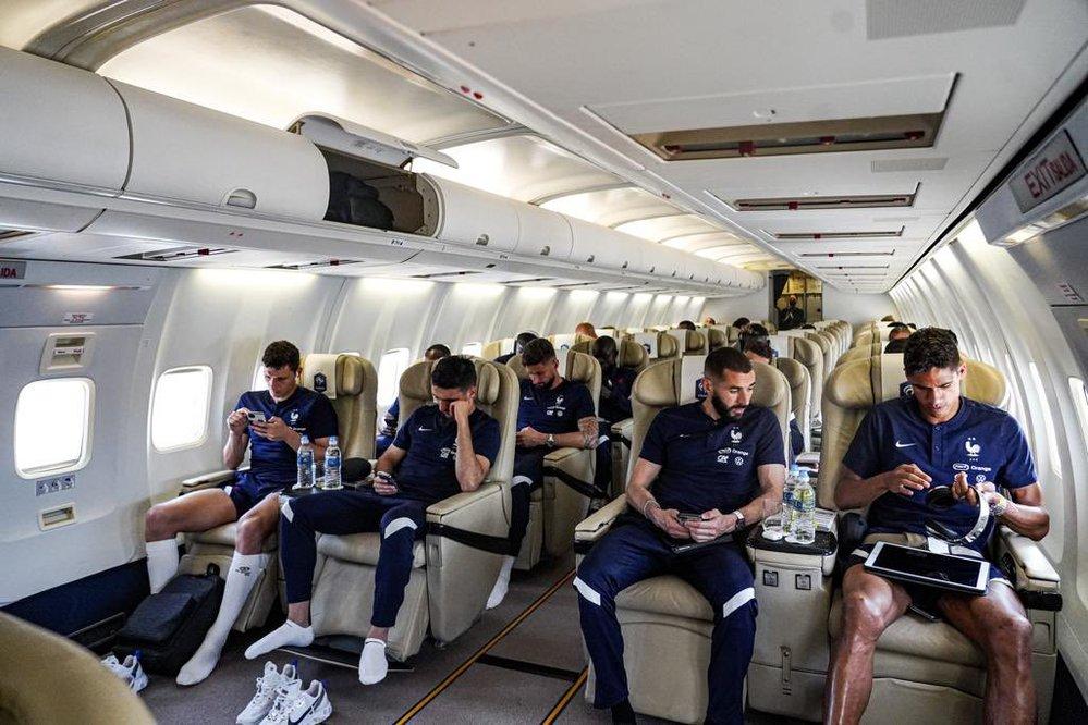非常に見ずらくて申し訳ないのですが、画面左下のサッカーフランス代表チームが履いているNIKEの白のシューズの名前を教えて頂きたいです!