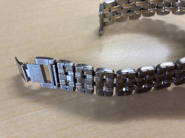 お尋ねします。 ネットで腕時計を購入しました。 自分で、ベルトのサイズ調整をするつもりでいたのですが、 画像のようなベルト(セイコー ルーセント)で、 コマのサイドに割ピンの頭が見えません。 「矢印」があるので、コマの中にピンが入っているのは間違いないのですが、 どうすれば、ピンを抜き、コマを外せるのでしょうか。 どなたかお詳しい方がおられましたら、お教えください。