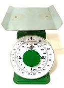消火器ですが、質量を計る場合に、消防設備士のテキストでは、添付写真のような古いタイプの計りで計っておりました。 体重を計るような、平らな計測器は使わないのでしょうか?