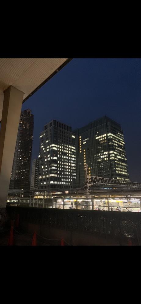 東京にあるビルと駅名がわかりません。 写真に写っている、 真ん中のビルの名前、もしくは手前の駅名がわかる方はいらっしゃいませんか。 場所は東京で、駅は山手線です。 ご存知の方、どうか教えてほしいです。