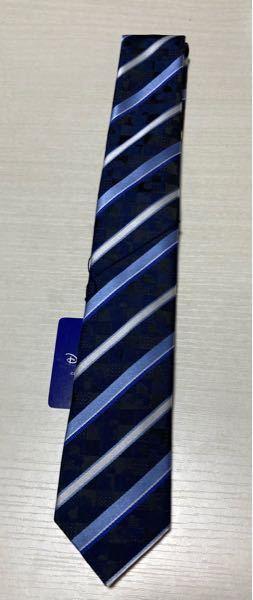 男性の方に質問です。 いつも貰ってばっかなので特別な日ではないけどサプライズ的な感じでこっそりネクタイを購入しました。 細めでストライプ型のネクタイだそうです。 よくみるとミッキーがいます。 商売の仕事してるんですけど仕事でも使えそうですかね? 使えなくても、仕事以外で使ってくれたら嬉しいと思ってこれにしたんですが…。 彼女からの贈り物でこんなの貰って嬉しいですか? 隠れミッキー恥ずかしいですかね?笑笑 彼は26歳です。