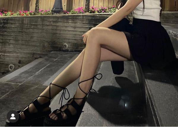 こうゆうサンダルで(ヒールありでも可)紐がついててリボン結びできる靴ってなんてやったら出てきますか?