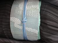 黒系縞柄の夏着物に羅の名古屋帯に合わせる帯締め帯揚げについて 夏帯はこれか麻の格子柄(紺×白)しかありません、、  ほぼ画像通りの色味です。また横向きになってしまいました。すみません(^_^;)  半衿は帯の色を少し淡くした色です。  なんというか、近い色味コーデでまとめた割には帯締めが主張しすぎに感じてしまいます。 思いきって、帯締めを補色系に持っていってみようかな、とも思うのですが。←夏...