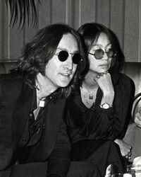 ○に入る平仮名は何でしょうか?   ジョンは洋子に質問をした 。 ジョン「日本の女の子はよく○○日と言いますが ○○日はどういう意味ですか?」 洋子「あんまり説明したくないけど… そんなによく言われてるの?」 ジョン「はい 今月は唯と由真と結花に言われました」 洋子「ふーん… ちょっと携帯見せなさい!」