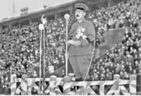 なぜ旧日本軍の軍人は、軍刀の鞘の先端を自分より前側に持ってくる状態で佩刀しているのでしょうか。 参考画像は、学徒出陣時の東條英機首相です。