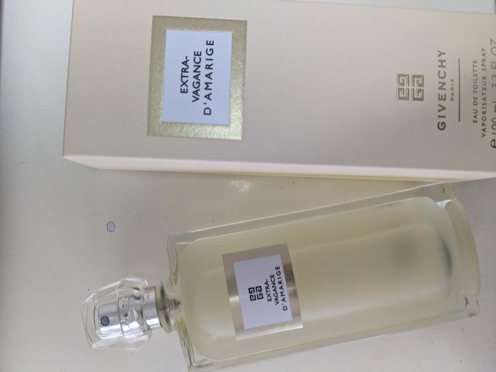 香水に全く詳しくないのですが、プレゼントでジバンシィのエクストラヴァカンスをいただきました。(写真のものです。) 香りは好きなのですが、夜向けなど香りがどんな場面に向いているか、どうやってつけた...