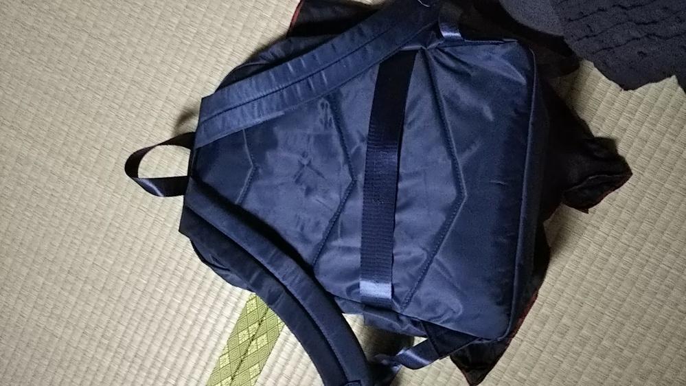 今日買ったリュックサック。。リュック背中部分のベルトの部分は何に使うのでしょうか? アネロのリュックです。店員さんもわからずじまいで投稿いたしました。