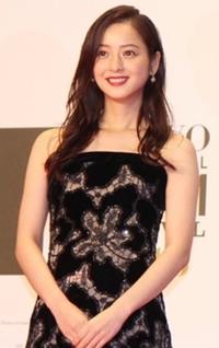 この佐々木希さんが着用しているドレスのブランドを教えてください。