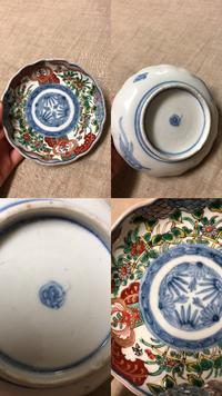 古伊万里に詳しい方に質問です。 この小皿はおおよそ、いつの時代の 小皿でしょうか? 高台にかいてある、サイン?マーク? はなんとかいてあるのでしょうか? よろしくお願いします。